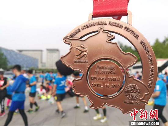 所有完赛选手,都将获得一枚奖牌。 中新网记者 岳川 摄