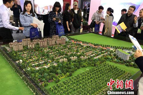 民众在2017年北京春季房展会上的某楼盘展台咨询。 程春雨 摄