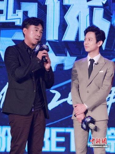 何炅(右)与何冰搭档