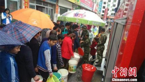暴雨致十堰市郧西县涧池乡水管网损毁,当地消防送水救急 范时瑞 摄