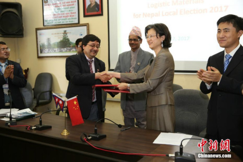 图为中国驻尼泊尔大使于红(右二)在交接仪式上。记者 张晨翼 摄