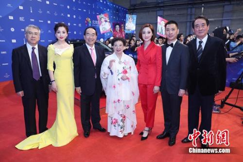 《谢瑶环》亮相今年北京国际电影节的红毯,左三为京剧名家叶少兰