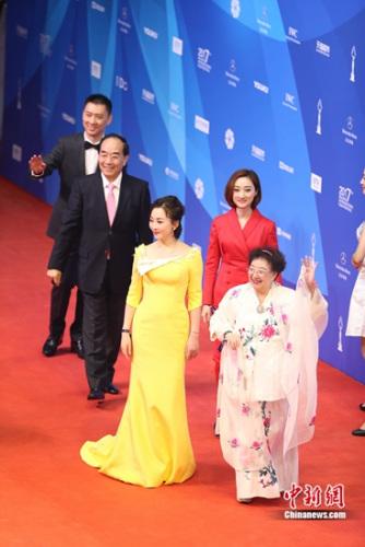 《谢瑶环》亮相今年北京国际电影节的红毯,左二为京剧名家叶少兰