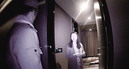 杨女士在给民警讲述事情经过 沙区警方供图