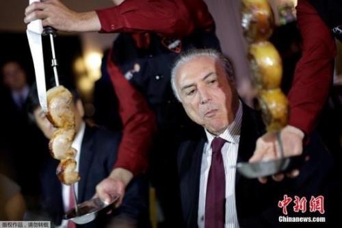 当地时间2017年3月19日,巴西巴西利亚,巴西总统特梅尔会见肉类出口国外交大使,并一同前往餐厅享用烧烤。