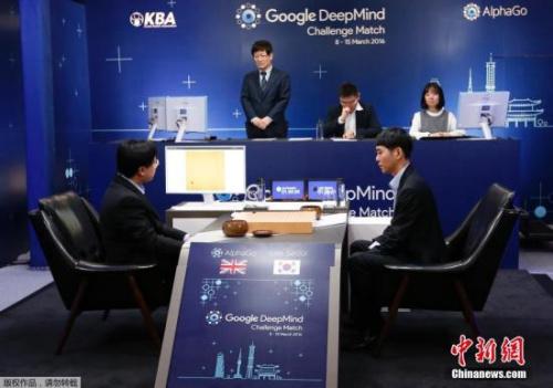 当地时间2016年3月9日,韩国著名围棋棋手李世石(右)VS谷歌AlphaGo的人机大战赛在韩国首尔举行。
