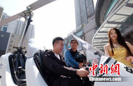(图:上海长宁路云店外,市民在体验飞机)