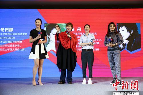 主持人张曼源与嘉宾进行交流互动。