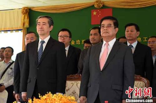 熊波大使(左)与柬矿产能源部大臣瑞赛(右)在运营仪式现场。中新社记者 黄耀辉 摄