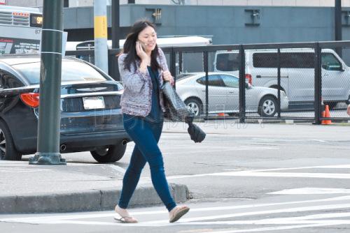边走路边讲手机的亚裔妇女,最容易成为街头劫案的受害人。(美国《世界日报》/李秀兰 摄)