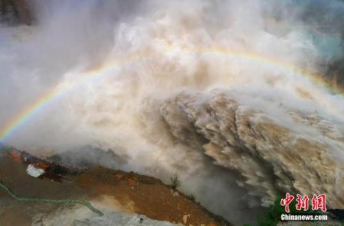 资料图:黄河刘家峡洮河口排沙洞水下岩塞爆破成功,夹裹着大量泥沙的水流从排沙洞出口喷涌而出。 史有东 摄