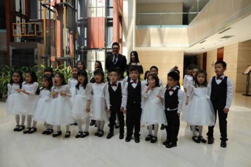 涂抹天使童声合唱团的小朋友与演员高亚麟的合影