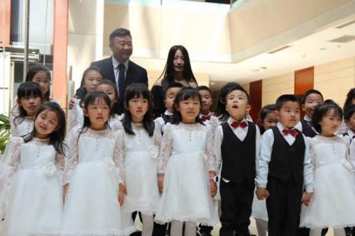 涂抹天使童声合唱团的小朋友与演员任正斌的合影