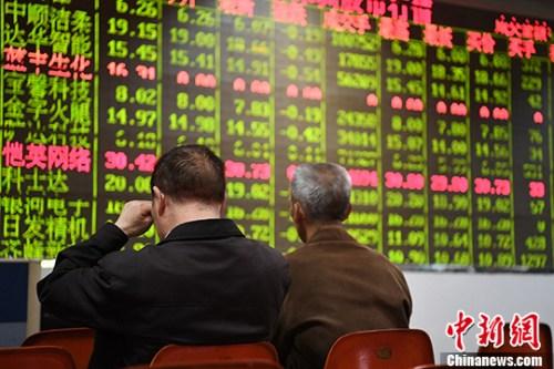 4月24日,成都某证券营业部的股民关注大盘走势。 中新社记者 张浪 摄