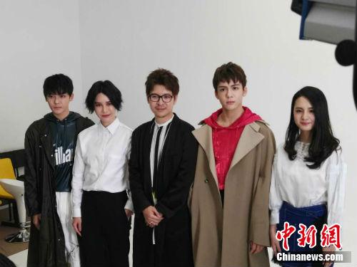 聂心远、尚雯婕等人接受媒体采访。记者 宋宇晟 摄