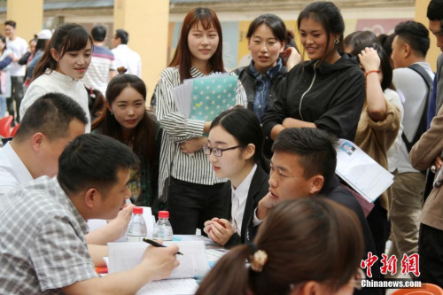 4月24日,西藏自治区2017年高校毕业生(西藏民族大学)专场招聘会在西藏民族大学举办。田进 摄