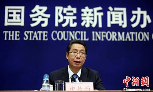 4月25日,中国国家知识产权局局长申长雨在北京透露,中国2016年发明专利申请受理量达到133.9万件,同比增长21.5%,PCT(《专利合作条约》)国际专利申请受理量超过4万件,国内有效发明专利拥有量突破100万件。记者 杨可佳 摄