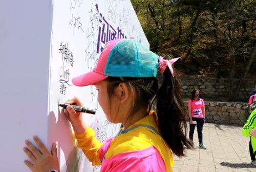 参赛小选手签名呼吁支持环境保护。主办方供图