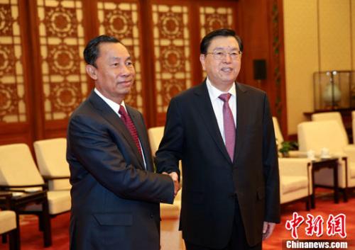 4月26日,中国全国人大常委会委员长张德江在北京人民大会堂会见了缅甸联邦议会法律与特别事项评估委员会主席瑞曼。记者 刘震 摄