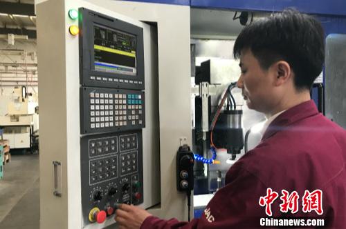 数控高级技师詹求峰在操作设备。<a target='_blank' href='http://www.chinanews.com/' ></table>中新网</a> 种卿 摄