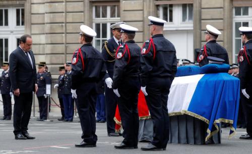 法国为在巴黎香街恐袭案中殉职的警官举行国葬。(图片来源:路透社)