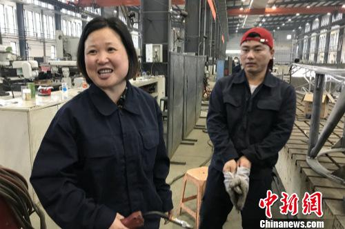 黄春燕介绍不同焊枪的用途。<a target='_blank' href='http://www.chinanews.com/' ></table>中新网</a> 种卿 摄