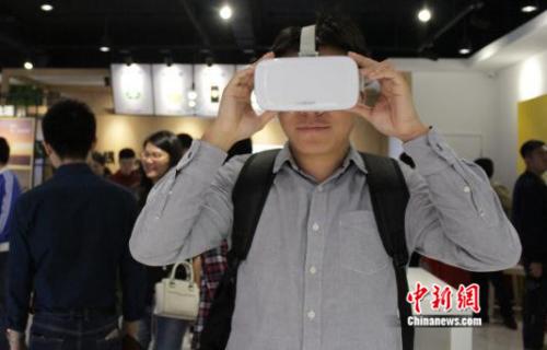 (图:苏宁易购手机潮品店内用户体验VR产品)