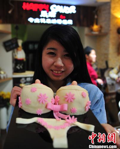 资料图:沈阳创意巧克力蛋糕店顾客展示她的创意蛋糕。发 于海洋 摄