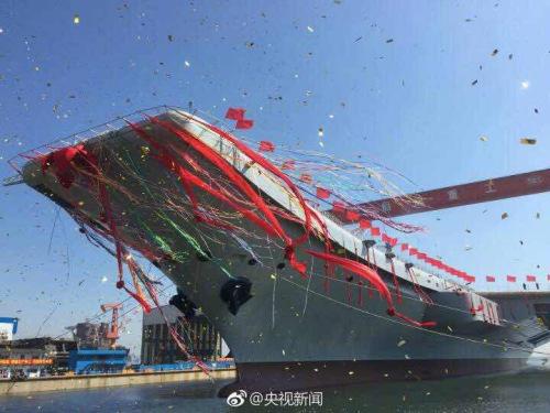 中国首艘国产航母下水。图片来源:央视新闻