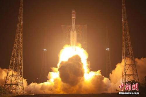 """资料图:中国自主研制的首艘货运飞船""""天舟一号""""于4月20日晚间19时41分在海南文昌航天发射场成功发射升空。赵彦勋 摄"""