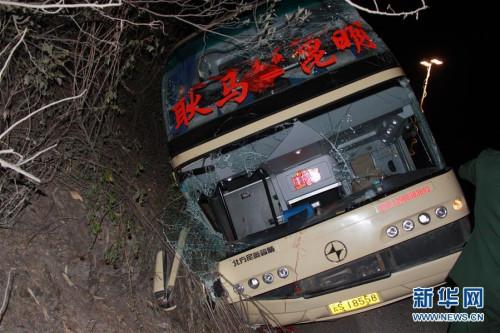 资料图:这是3月3日凌晨在事故现场拍摄的客运大巴车。图片来源:新华网