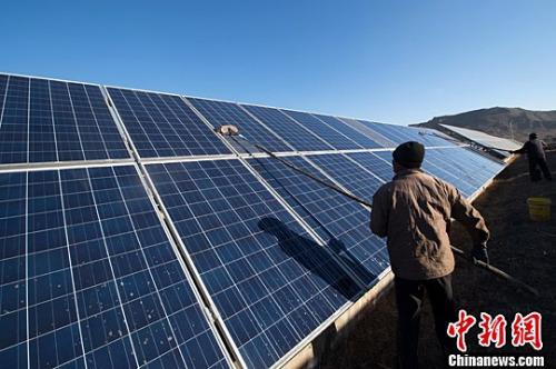 资料图:山西煤矿采沉区建起光伏电站,160公顷荒地安装了16万块可吸收转化太阳能的硅晶板,场面壮观。中新社记者 武俊杰 摄