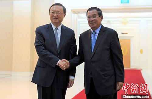 4月28日,柬埔寨首相洪森在金边会见中国国务委员杨洁篪。中新社记者 黄耀辉 摄