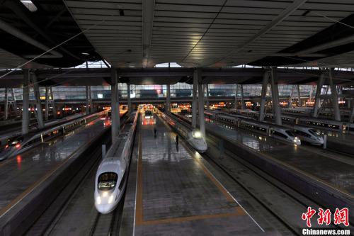 资料图。图为北京南站站台内的动车整装待发。记者 张龙云 摄