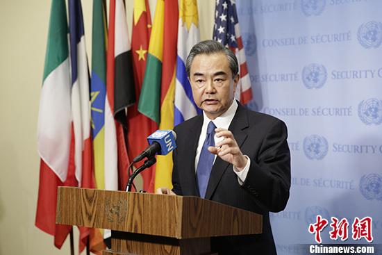 当地时间4月28日,中国外交部长王毅在纽约出席联合国安理会朝鲜半岛核问题部长级公开会议前向中外媒体发表讲话。 记者 廖攀 摄