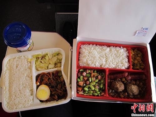 高铁上45元的盒饭与15元的盒饭
