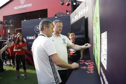 曼联两位传奇球星挑战现场游戏。主办方供图