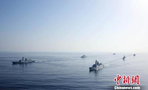 原料图:两批护航编队组成单纵队并肩前止。 林健 摄
