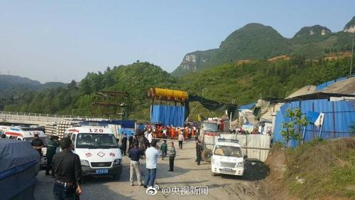 5月2日下午,贵州大方六龙镇一在建高铁的七扇岩隧道发生瓦斯事故,据现场消息称,初步判断隧道内有12人被困。截至19点,已成功救出1名被困人员。现场具体信息在进一步核实中,救援工作仍在继续。 央视记者 尹平 图片来源:央视新闻官方微博
