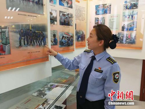 常洪霞给记者介绍车队历史 记者 张尼 摄