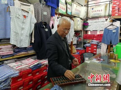61岁的售货员张志国 记者 张尼 摄