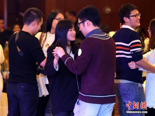 图为青年参与联谊活动。(资料图) 中新社记者 张畅 摄