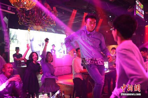 图为青年参与联谊活动。(资料图) 中新社记者 刘文华 摄
