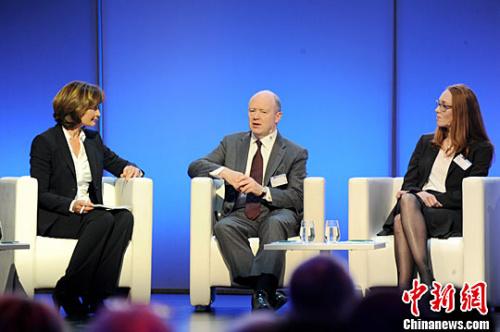 德意志银行CEO约翰·克莱恩(中)和众筹企业Crowdsurfer创始人Emily Mackay就如何应对金融风险展开对话。中新社记者 彭大伟 摄