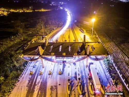 图为2015年12月31日深夜航拍的广西柳州市沙塘收费站。 黄威铭 摄
