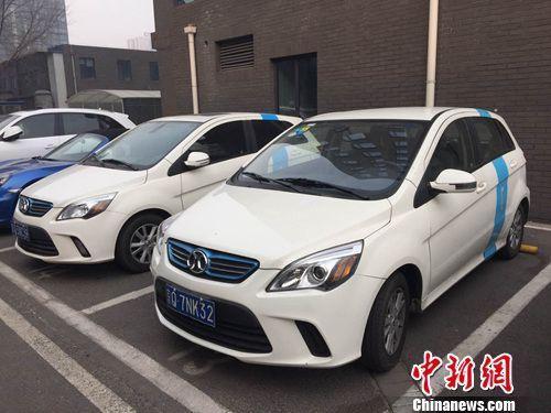 多辆共享汽车停靠在路边。 吴涛 摄