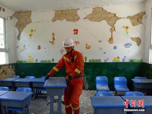 图为珙县玉和苗族乡地震造成一学校教室内的墙体受损。 钟欣 摄