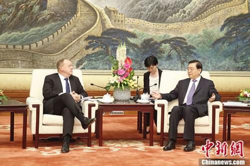 5月4日,中国全国人大常委会委员长张德江在北京人民大会堂会见丹麦首相拉斯穆森。 记者 盛佳鹏 摄
