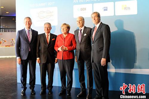 当地时间5月3日,德国总理默克尔(中)出席在柏林举办的二十国集团工商峰会(B20峰会)。记者 彭大伟 摄