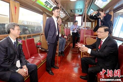 交通运输部科学研究院院长石宝林(左一),中国智能交通协会理事长、原科技部副部长吴忠泽(右一)参观银隆仿古铛铛车